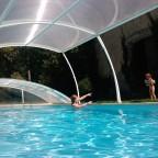 zwembad met kap half open