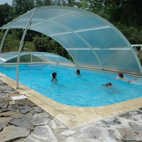 zwembad met spelende kinderen